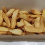 Ración de patatas fritas comida para llevar en rivas chicken